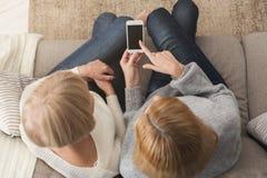 Femme adulte et fille employant la vue supérieure de smartphone Photo stock