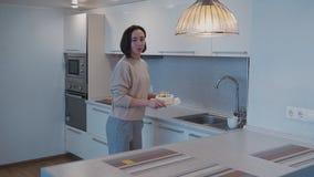 Femme adulte faisant le petit gâteau d'anniversaire sur la cuisine lumineuse banque de vidéos