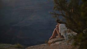 Femme adulte heureuse de mouvement lent jeune avec des cheveux soufflant en vent violent appréciant le coucher du soleil épique c clips vidéos