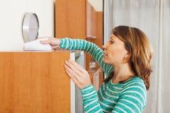 Femme adulte nettoyant le furiture en bois image libre de droits