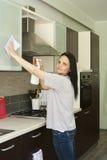Femme adulte nettoyant les meubles Images libres de droits