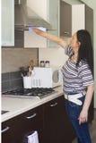 Femme adulte nettoyant les meubles Photographie stock libre de droits