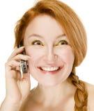 Femme adulte parlant avec émotion au téléphone photographie stock libre de droits
