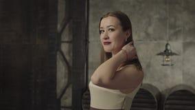 Femme adulte stupéfiante touchant ses cheveux séduisant clips vidéos
