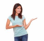Femme adulte tenant ses paumes  photographie stock libre de droits