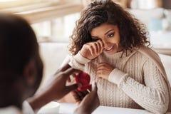 Femme affectée d'Afro-américain obtenant la bague de fiançailles Photo stock