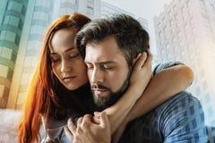 Femme affectueuse étreignant doucement son ami et fermeture ses yeux Image libre de droits