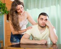 Femme affectueuse consolant l'homme déprimé Image stock