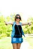 Femme affichant des pouces vers le haut photographie stock libre de droits