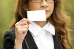 Femme affichant la carte vierge image stock