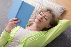 Femme affichant le livre Images stock