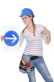Femme affichant le signe de route Images libres de droits