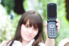 Femme affichant le téléphone portable photo libre de droits