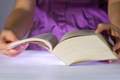 Femme affichant un livre épais Photographie stock libre de droits