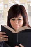 Femme affichant un livre Image stock