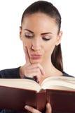 Femme affichant un livre photos libres de droits