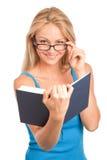 Femme affichant un livre Photographie stock libre de droits