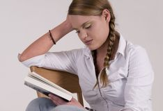 Femme affichant un livre Photo libre de droits