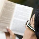 Femme affichant un livre Images stock