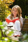 Femme affichant un livre dans le jardin photographie stock