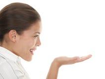 Femme affichant votre produit Images libres de droits