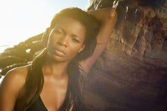Femme africaine élégante posant à la plage images stock