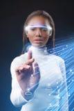 Femme africaine attirante employant l'écran tactile pour la communication en ligne photos stock