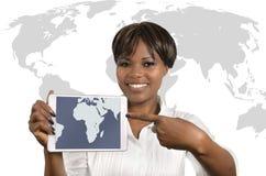Femme africaine d'affaires avec la Tablette Image stock
