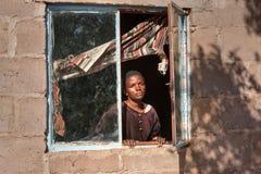 Femme africaine dans la fenêtre Images libres de droits