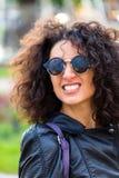 Femme africaine dans la ville Image stock