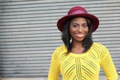 Femme africaine de hanche saine montrant le bonheur photos libres de droits