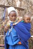 Femme africaine de masai avec un bébé Image stock