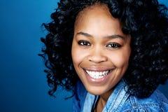 Femme africaine de sourire image stock