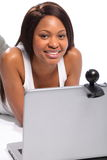 Femme africaine de sourire d'Amercian sur le webcam d'ordinateur portatif Photos stock