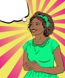 Femme africaine de sourire dans une robe verte sur un fond dans le St Image stock