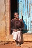 Femme africaine devant la maison Photo libre de droits