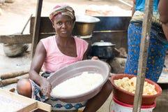 Femme africaine faisant l'Attiéké Images stock