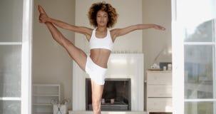 Femme africaine faisant le yoga à la maison banque de vidéos