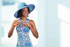 Femme africaine faisant une forme de coeur avec ses mains Images libres de droits