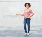 Femme africaine heureuse jugeant quelque chose imaginaire photos libres de droits