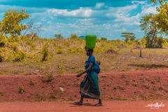 Femme africaine marchant sur la route photos libres de droits