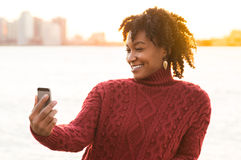 Femme africaine prenant le selfie image stock
