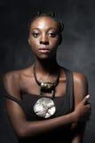Femme africaine sûre avec un collier ethnique Photos stock