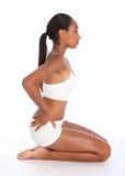 Femme africaine sexy s'asseyant dans des sous-vêtements de sports photographie stock libre de droits