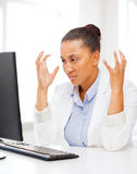 Femme africaine soumise à une contrainte avec l'ordinateur images libres de droits