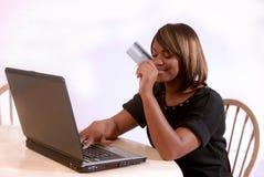 Femme afro-américain sur l'ordinateur Photographie stock