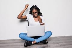 Femme afro-américaine avec l'ordinateur portable sur le fond blanc d'isolement Travaillez n'importe où, succès, concept de libert photos stock