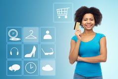 Femme afro-américaine avec la carte de crédit et les icônes Images stock