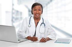 Femme afro-américaine de docteur images stock