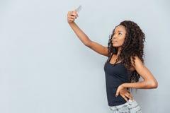 Femme afro-américaine faisant la photo de selfie Photo libre de droits